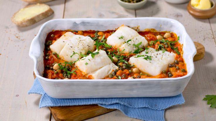 Deilig torskemiddag i en form er både godt og smart. Delikat skrei ovnsbakes med en mild tomatsaus, kikerter og kapers.