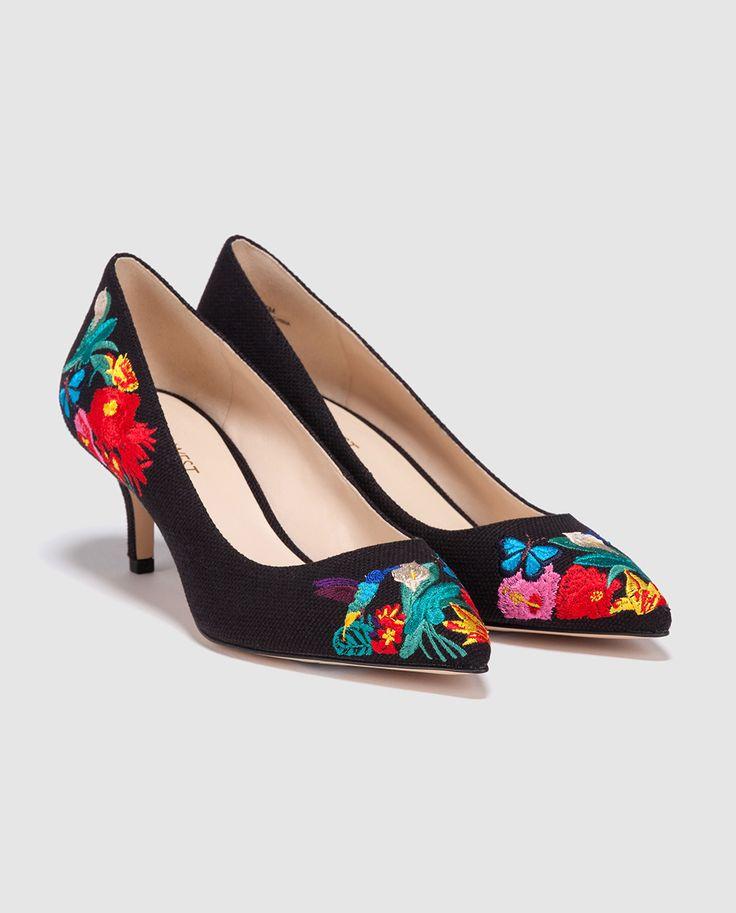 Zapatos de salón de mujer Nine West de tejido azul con estampado de flores.