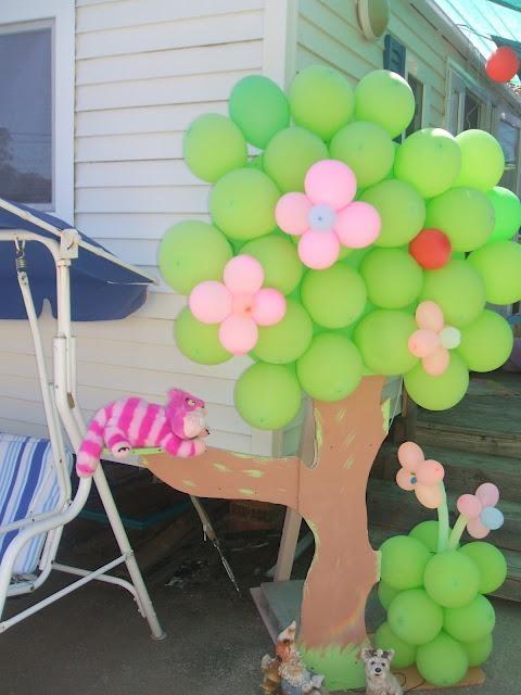 Decoración con globos para fiesta Alicia en el País de Las Maravillas.