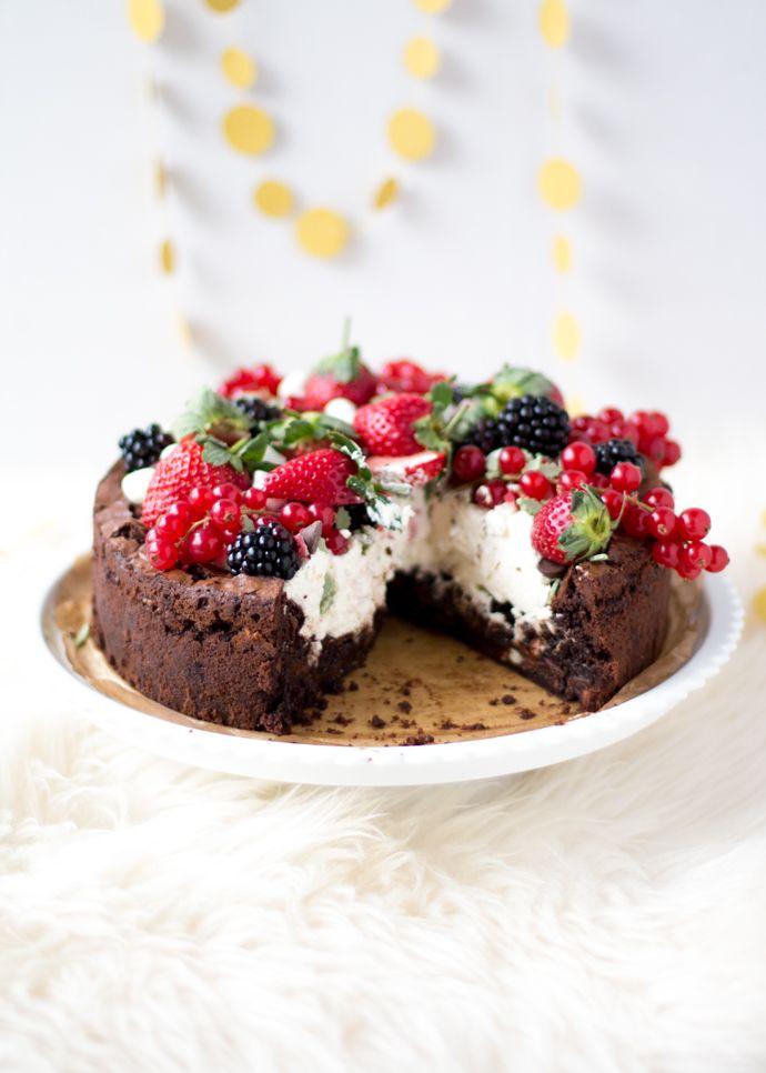 Deze ultieme kerst brownietaart is een kerstfeestje op zichzelf. Maak 'm net zoals ik dat deedin een springvorm voor het taarteffect, of kies voor een standaard brownievorm of rechthoekige ovenschaal. Pak uit met vers fruit en andere kerstgoodies, zoals chocolade kransjes en chocoladekerstklokjes en ik weet zeker dat jij een nog groter feestje kunt maken...Lees Meer »