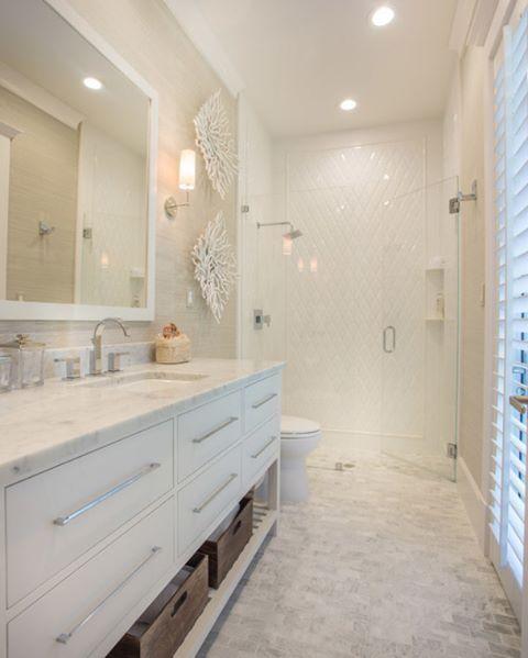 Beyazlar içinde, ışığı bol harika bir banyo değil mi sizce de? #dekorasyon #dekorasyonfikirleri #dekorasyonönerisi #dekorasyonönerileri #dekorasyononerisi #banyo #banyodekorasyonu #banyodekorasyon #banyofikirleri #marifetix #marifetix.com #evdekorasyon