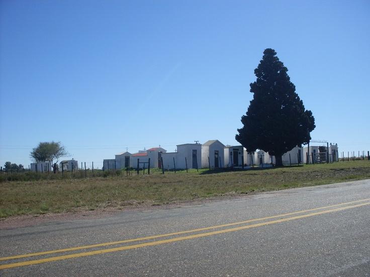Una rareza, exclusiva del Departamento de Cerro Largo: los cementerios rurales municipales. En la foto, uno sobre el tramo Melo / Isidoro Noblía, en la Ruta Nacional No. 8.
