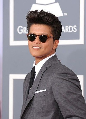Even men like Bruno Mars have tried the old Hollywood hair roll trend.
