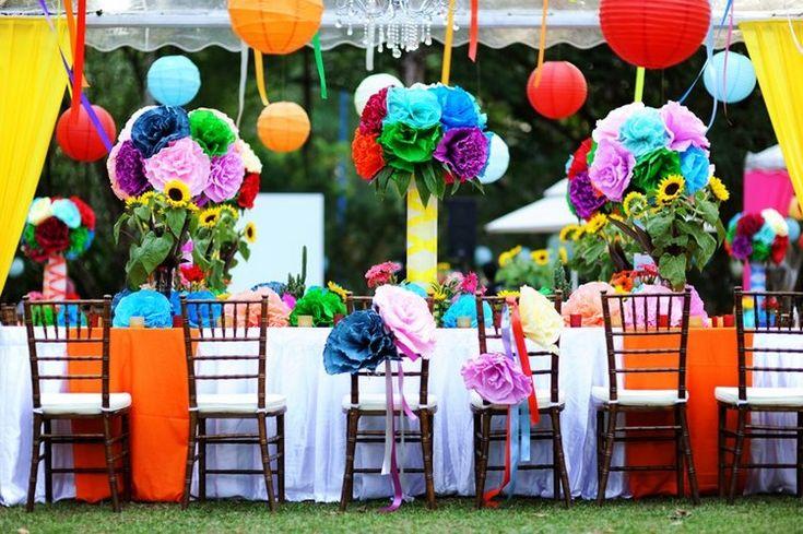 idées pour un jardin gai, ambiance festive et déco de table colorée avec suspensions boules