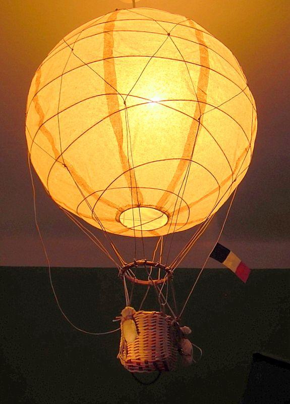 Balón pro malé cestovatele Létající balón jako lustr k pověšení třeba do dětského pokoje. Vyrobeno z přírodního materiálu - rýžový papír, košík z pedigu. Balón je namořen světle okrovou barvou, košík je upleten z pedigu v přírodní a hnědé barvě a doplněn látkovými sáčky, smotanými lany a kotvou. Vlajku si můžou děti vyrobit vlastní nebo přidám na ...