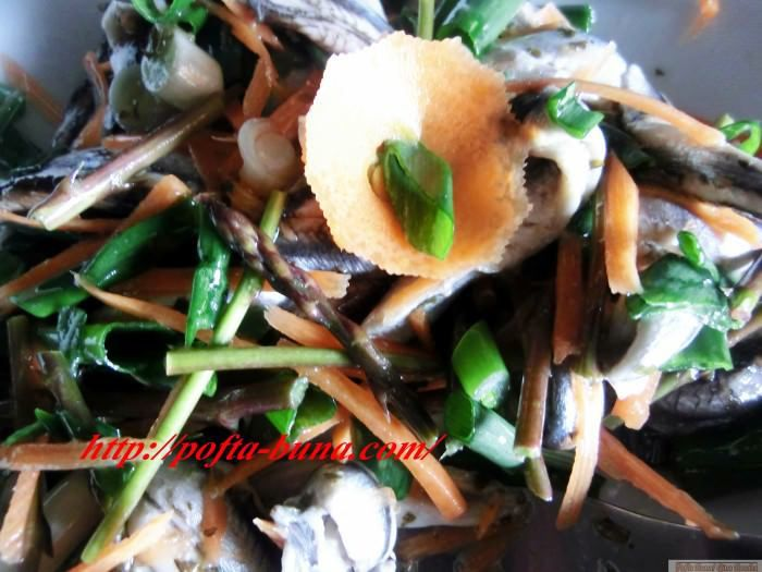 Salata de peste marinat cu sparanghel si ceapa verde