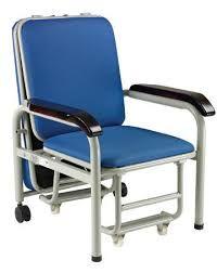 Silla convertible de aluminio se extiende y se convierte en cama, ideal para cuidado de pacientes. Q.1,690.00