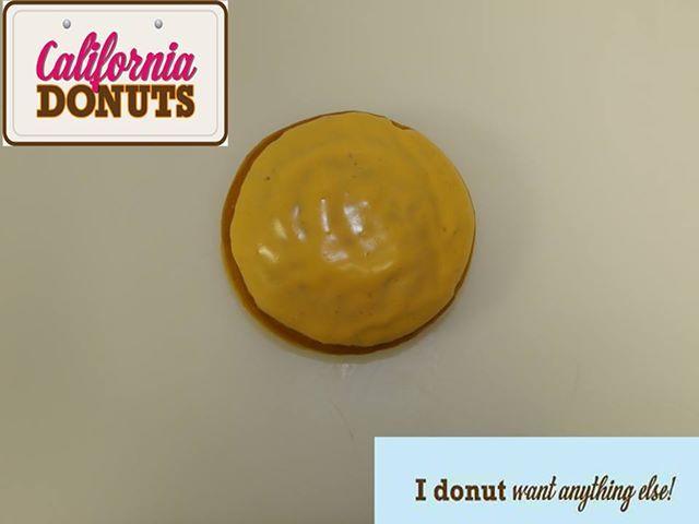 """Η εύπορη κομητεία Orange County με το μεσογειακό κλίμα δεν θα μπορούσε να μην εκπροσωπείται στην συλλογή μας με το ομώνυμο """"Orange County Donut""""! Γεμιστό… τι άλλο(;) με πορτοκάλι, λαχταριστό και φρεσκότατο, ταιριάζει τέλεια στις αγαπημένες γεύσεις των Ελλήνων. Σίγουρα θα γίνει το αγαπημένο σου!"""