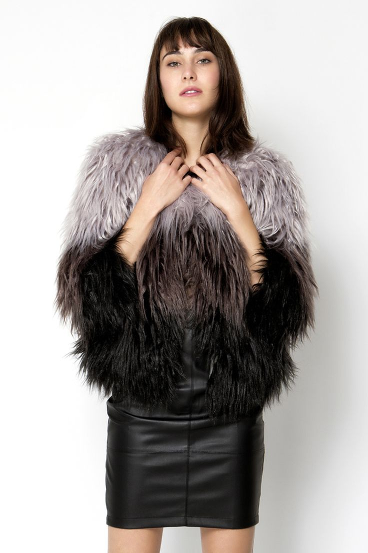 Γκρι ombre γούνινο jacket με σατεν φόδρα, πολύ απαλή υφή, κλείνει με εσωτερικά κλιπ - άνετη εφαρμογή.