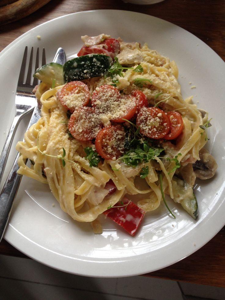 Kinkkupastaa tomaatin ja basilikan kera