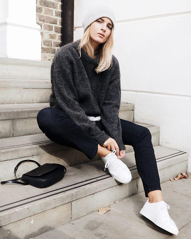 """Si chiama """"normcore"""" ed è uno stile fatto di jeans dal fitting rilassato, capi a tinta unita, felpe oversize e sneakers. Meglio se bianche. Scopri di più su Listupp."""