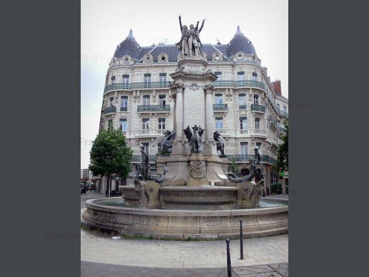 Grenoble: Place Notre-Dame : fontaine des Trois Ordres et immeuble…