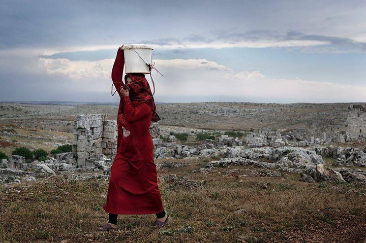 """TÉMA DNEŠNÍ NEDĚLE v postním období před Velikonoci je """"JSI ŽÍZNIVÝ?""""  """"Žena mu řekla: Pane ani vědro nemáš a studna je hluboká; kde tedy vezmeš tu živou vodu?"""" Jan 4:11  Verš pochází ze setkání Ježíše se samaritskou ženou. Občas na to zapomínáme ale krajiny kde Ježíš žil chodil a učil byla reálná místa. Proto jsme použili fotografii Syřanky jež ve válkou zbídačené zemi nese pitnou vodu pro svou rodinu - možná právě v těch místech kde se odehrál výše zmíněný Ježíšův příběh...  #Kristuvpribeh…"""