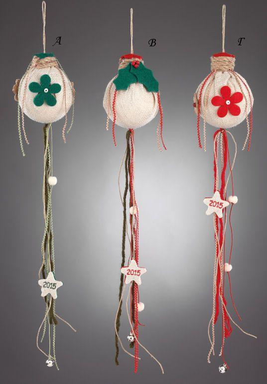 www.mpomponieres.gr Χριστουγεννιάτικη κρεμαστή μπάλα ντυμένη με λινάτσα, διακοσμημένη με χρωματιστά λουλούδια από τσόχα και από την κάτω μεριά κρέμονται διάφορα κορδόνια όπου έχουν επάνω τους κολλημένο αστεράκι με κεντημένο το 2015. Όλα τα χριστουγεννιάτικα προϊόντα μας είναι χειροποίητα ελληνικής κατασκευής. http://www.mpomponieres.gr/xristougienatika/xristougeniatiki-diakosmitiki-mpala-apo-tsaxa-kai-linatsa.html #burlap #christmas #ornament #felt #stolidia #xristougenniatika