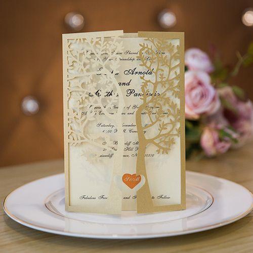 Árbol de amor en oro cortado con láser en estas lujosas invitaciones de boda en formato tríptico.