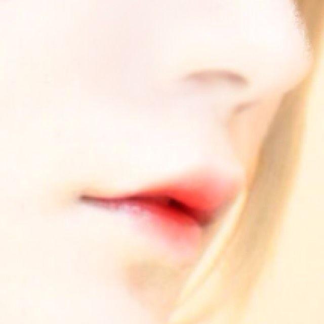 「白人陶器肌/ドール血にじみリップ」白人陶器肌のコツは色の明るい→暗いの順で重ねて行く事です。すると肌色が馴染みやすくなります。  又ウイッグや鼻プチをするとよりハーフ/外国人っぽさが出るのでオススメです(ㆁᴗㆁ✿)  基礎メイクをおさえてよりハロウィンメイクを高クオリティにしましょう_(┐「ε:)_❤