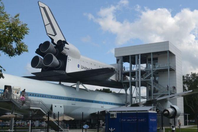RUMFART: Jeg befinder mig i en stor hall, hvor satellitter, måneladningsfartøjer fra Apolloprogrammet, selve rumskibet og en masse andre rumsfartsrelaterede ting hænger ned fra loftet. #NASA #USA #rumfart #rumrejser
