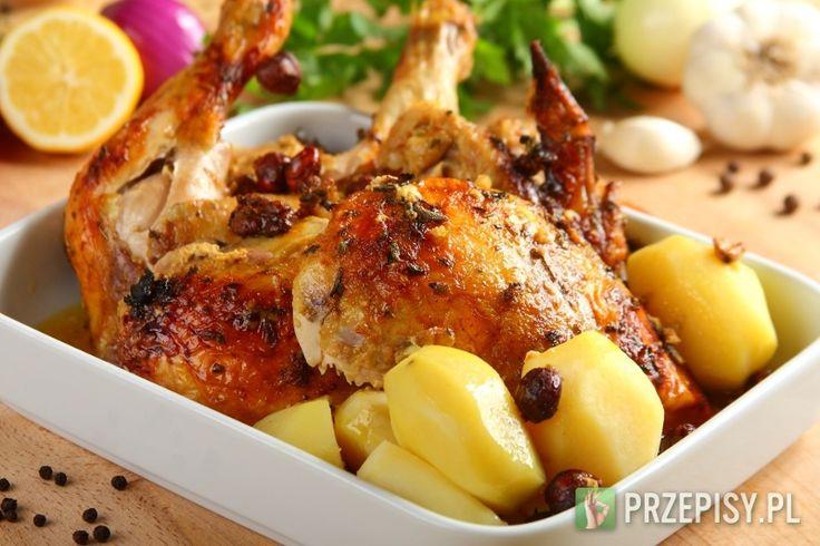 Umyj kurczaka, oczyść i wysusz. Czosnek drobno posiekaj. Natrzyj mięso przyprawą Knorr, czosnkiem oraz liśćmi szałwii. Odstaw na 3 – 4 godziny. Upraż orzechy na patelni. Dodaj do kurczaka. Do środka mięsa włóż masło. Umieść całość w wysokim naczyniu do pieczenia. Wymieszaj jogurt z mlekiem. Zalej kurczaka mlecznym płynem tak, aby płyn sięgał co najmniej do połowy wysokości mięsa. Wyciśnij sok z cytryn, delikatnie przemieszaj sos. Zmocz wodą papier pergaminowy i przykryj nim kurczaka. Wstaw…