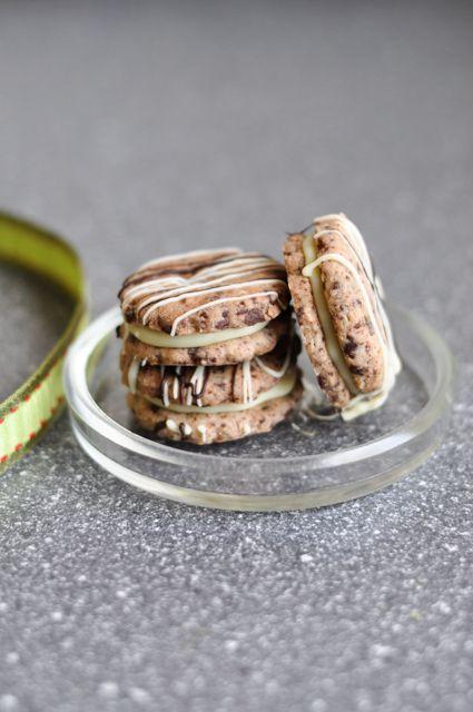 Feine Schokoladenplätzchen, gefüllt mit einer weißen Schokoladenganache. Tonkabohne und die schöne Schokodekoration machen aus diesen Plätzchen etwas ganz besonderes.