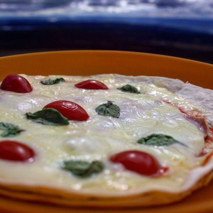 Pannestekt tortilla-pizza med skinke, ost, basilikum og tomat