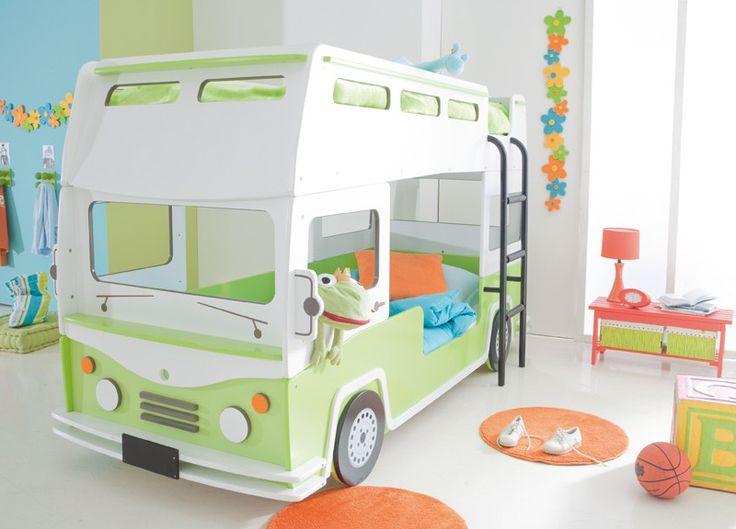 Bussy Køjeseng - Smart børneseng udformet som en grøn/hvid dobbeltdækker bus med åbent tag. Sengen rummer 2 sengepladser med stige op til øverste køje. Giv dit barn en sjov og anderledes seng, som kan bruges som soveplads om natten og legeplads om dagen. Den ekstra køjeseng kan nemt bruges som ekstra soveplads til overnattende gæster. En pladsbesparende løsning, hvor kvadratmeterne bliver udnyttet til fulde.