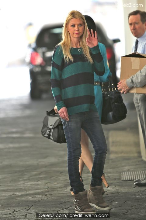 Tara Reid out with a male companion as they leave Ebaldi restaurant http://www.icelebz.com/events/tara_reid_out_with_a_male_companion_as_they_leave_ebaldi_restaurant/photo3.html