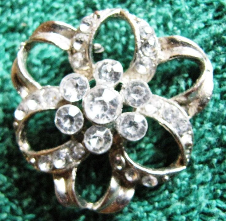 Vintage Jewelry Woman Pin Brooch with 25 stone glass rhinestones Crystal