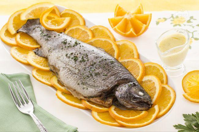 La trota salmonata all'arancia è un piatto di pesce delicato e molto raffinato, da preparare per un occasione speciale o un cena formale.