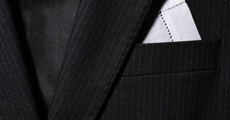 Como fazer um lenço de bolso masculino. O lenço de bolso dá um toque de cor interessante a um terno masculino e é possível fazer um em casa e economizar dinheiro. Coloque o lenço no bolso do paletó para complementar o conjunto ou dar vida nova a uma roupa básica de trabalho. Ele pode combinar com o colete ou a gravata ou pode ser de uma cor e estampa completamente diferentes -- depende ...