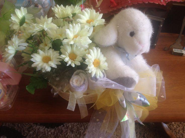 Cesta floral con ovejita y pañales