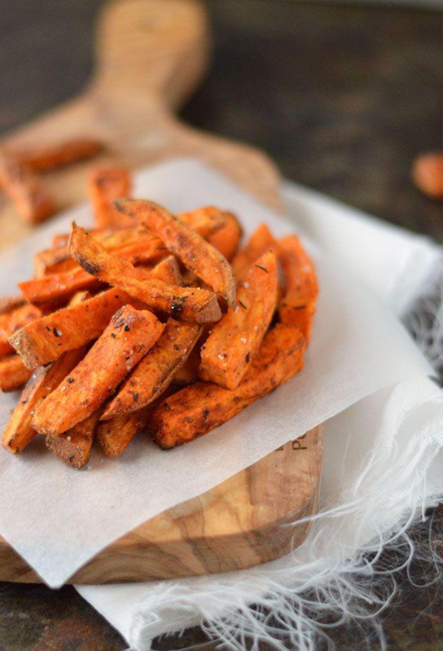 De allerlekkerste zoete aardappelfrietjes uit de oven. Krokant, gezond én ook nog eens makkelijk te maken! Kijk zo hebben we het graag, toch?! Lekker maken deze lekkere frietjes, er is geen reden om het niet te doen ;)
