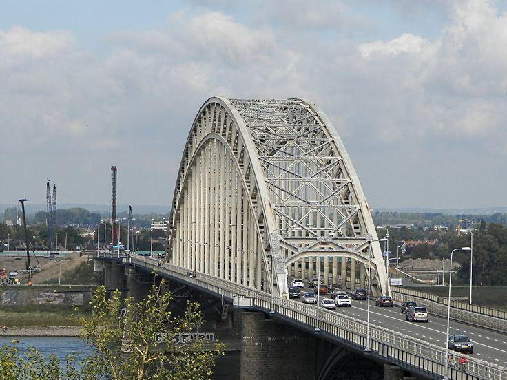 De Waalbrug is de brug over de Waal die het centrum van Nijmegen met Lent verbindt.