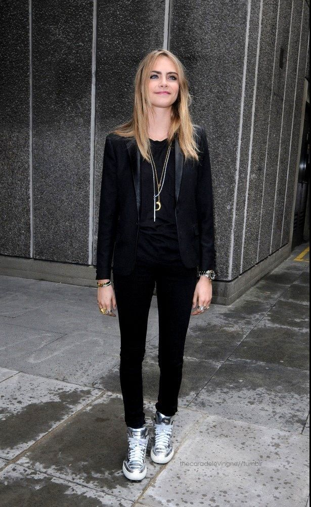 look out... Cara blackout. #CaraDelevingne #offduty
