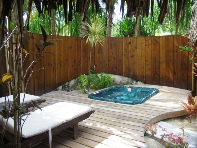 patio trasero de madera con jacuzzi