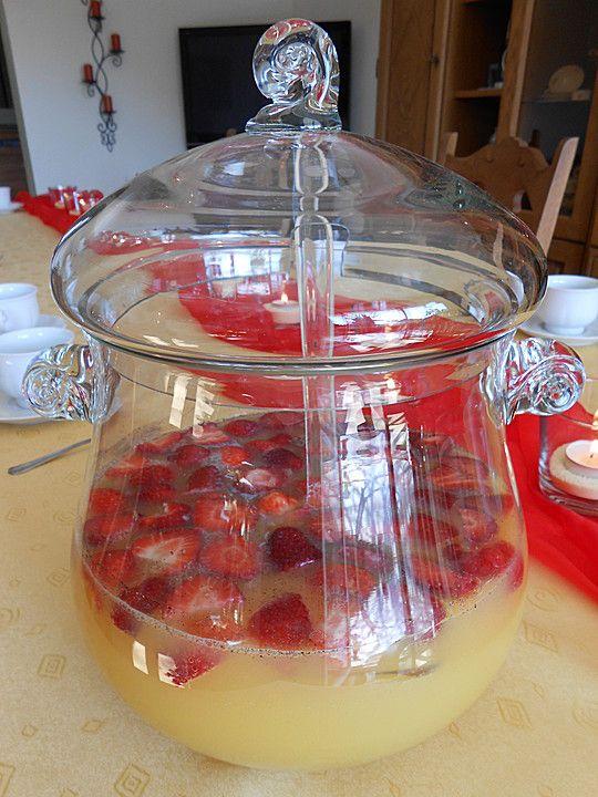 Fruchtige Sommerbowle, alkoholfrei und nicht so süß, ein leckeres Rezept aus der Kategorie Party. Bewertungen: 1. Durchschnitt: Ø 3,3.