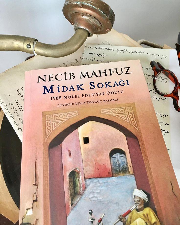 Bir #MidakSokağı vardı #Kahire 'nin içinde bir de ben vardım sokağın içinde köşeden tüm karakterleri seyreden ... Bu kitap elime almam ile tek seferde bitirdiğim bir kitap idi. Türlü türlü karakterlerler seyirlik, hayretlik, ibretlik ve var yine öğütler sen almak istersen ... ��  #Kitap #Sahaf #Sahhaf #Kahire #Masal #Hikaye #Roman #NecibMahfuz #Sokak #Mahalle #Kültür #Kitaplar #Kitap #KitapKurdu #kitaplariyikivarlar #Art #Sanat #Ortadoğu #Tefekkür #İslam…