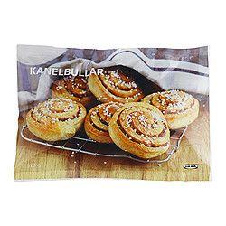 IKEA - KANELBULLAR, Pains cannelle précuits, surgelés, Pain à la cannelle (farine de blé). À faire cuire au four 15 minutes. Servir avec du café ou un verre de jus aux airelles. Sachet de 6 pains.Pour votre santé, évitez de grignoter entre les repas.