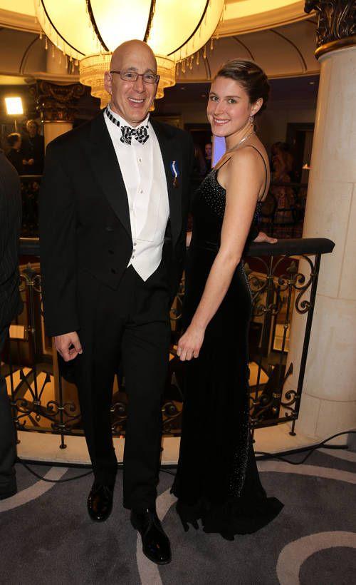 Suomen Yhdysvaltain-suurlähettiläs Bruce Oreck juhli rusetti kaulassa.