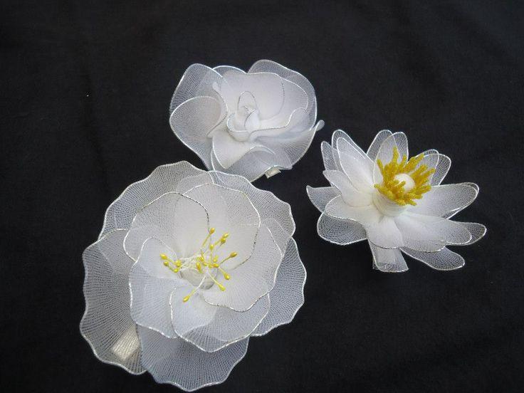 Fermagli con fiori fatti a mano con filanca setata per un'occasione speciale