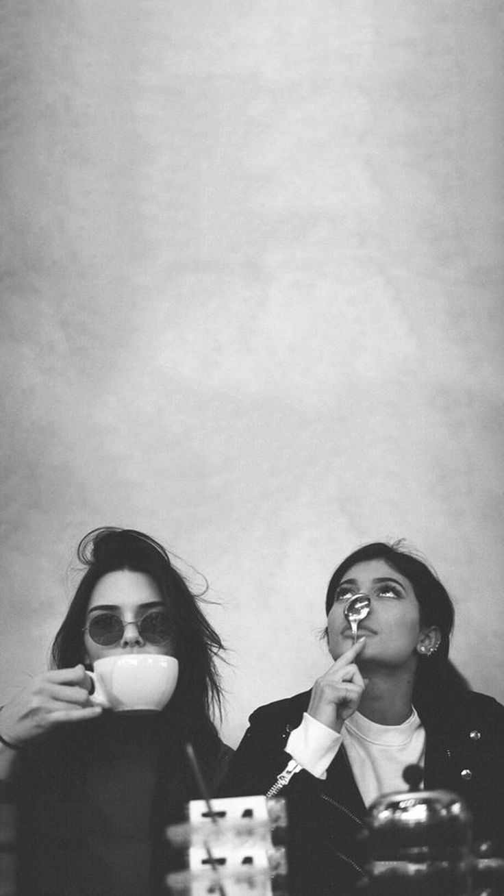 Kendall & Kylie Jenner iPhone 6/6s/7 black and white wallpaper lockscreen.