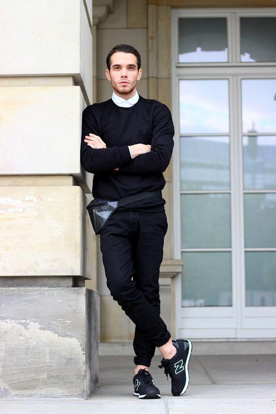Pochete. Macho Moda - Blog de Moda Masculina: A POCHETE está de volta? Você Usaria a Pochete Masculina? Pochete masculina, Pochete, Streetwear, Moda Masculina, Roupa de Homem, Moda para Homens. Suéter Preto com Camisa Branca por baixo, Pochete na cintura, Calça Jogger de Sarja Preta e New Balance