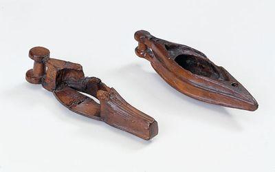 Soldatens personlige ting. Den enkelte soldat havde sine personlige sager i en pung og hængende i bæltet. Hver soldat havde to bælter: en livrem inderst og yderst et kraftigere bælte med kniv, fyrtøj og en pung som kunne indeholde forskellige småting som fine kamme af hjortetak.  Til hverdagslivet hørte også lerkar til at lave mad i, fade og bakker af træ til servering og træskåle til at drikke af. Der er også fundet forskellige smykker, som glas- og ravperler, amuletter og dragtnåle til at…