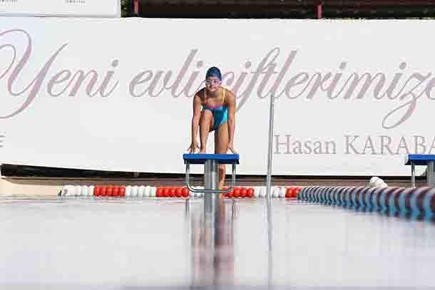 Bayraklı Belediyesi'nin 2013 yılında açtığı yaz kursunda yüzmeyle tanışan down sendromlu İrem Öztekin (16), kısa zamanda gösterdiği başarılarla Fransa'nın başkenti Paris'te düzenlenecek Avrupa Şampiyonası'na hazırlanıyor. Yüzme antrenörünün küçük kızın yeteneğini keşfedip ailesini teşvik etmesiyle spor hayatı başlayan Öztekin, Türkiye Özel Sporcular Spor Federasyonu'nun yaptığı bölge ve Türkiye Şampiyonası yarışmalarında farklı dereceler elde etti. Antrenmanlarda dünya rekorlarını zorlayan…