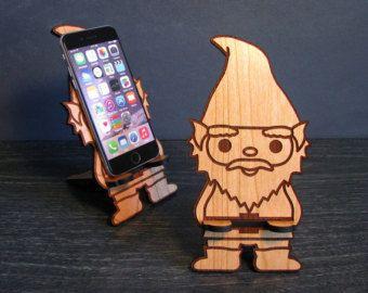Dancing Baby Groot (guardianes de la galaxia)  ¿Quién no quiere un bebé Groot bailando en su maceta todo el dia en su escritorio? Este impresionante teléfono madera es laser corte y grabado en adorableness puro. El diseño fácil de usar, de dos piezas se configura en un instante a sostenga el teléfono inteligente mientras chat de video, actualizar tu estado en Facebook, consultar su correo electrónico, ver la televisión o simplemente cargar su teléfono.  Se diseñó para ser un soporte de…