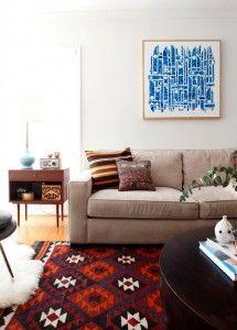 Βάλτε ένα έργο τέχνης, πίνακα ζωγραφικής, παλιό ξύλινο παράθυρο, ιδιαίτερο καθρέπτη πάνω από τον καναπέ σας | Small Things