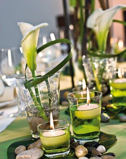 """Diese Tischdekoration wurde von Blickfang nach den Wünschen unserer Leser gestaltet: """"Wunderschön stelle ich mir meine Tischdeko mit einzelnen, weißen Calla, Efeu und mattem, silbernen Draht sowie grauen Kieselsteinen vor. Ob dazu dicke, hell cremefarbene Kerzen in unterschiedlichen Größen oder Stabkerzen besser passen, da sind wir noch unschlüssig."""""""