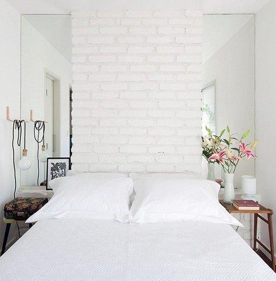 cabeceira em tijolinho e laterais de criados em espelho decoração de quarto