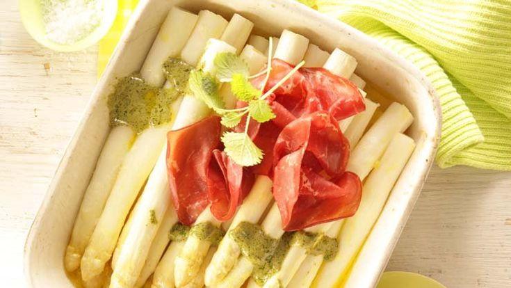 Ofen-Spargel mit Zitronenmelisse-Pesto und Bresaola