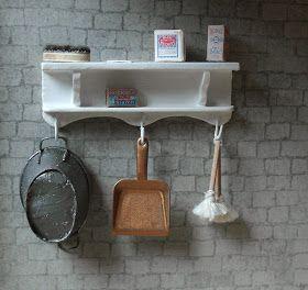 De dienstmeisjes zijn erg blij met de rekjes voor de wasruimte in de kelder van het poppenhuis De haakjes heb ik gemaakt van ing...
