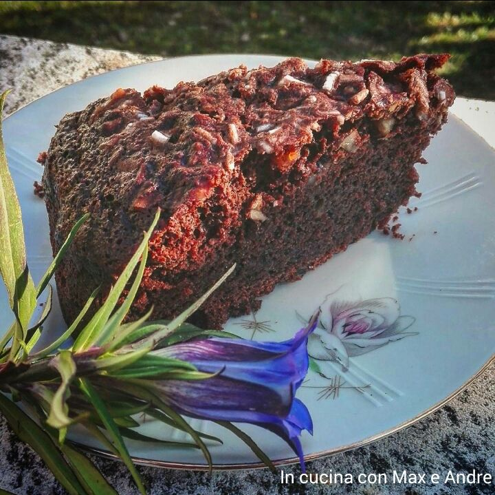 Torta al cioccolato e nocciole vegana - Scopri la torta degna dei più esigenti palati, ottima per bambini e pranzi in compagnia... Farete un figurone...